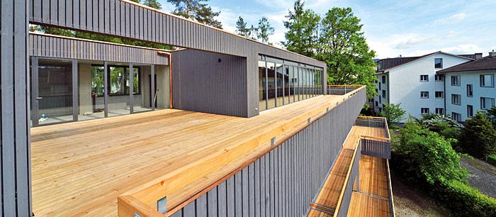 Das sanierte Mehrfamilienhaus kombiniert heutige Wohnbedürfnisse mit höchsten Ansprüchen an Nachhaltigkeit und Architektur. (Foto: lunos)