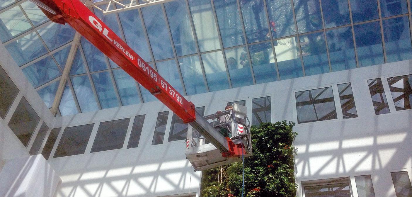 Ein Hubsteiger ist oftmals unabdingbar. (Fotos: Vertigo)