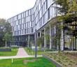 Der dynamisch geschwungene Baukörper des Bürohauses Arabeska weicht dem vorhandenen Baumbestand aus. - © Fotos: Remmers Fachplanung / Anton Schedelbauer, München