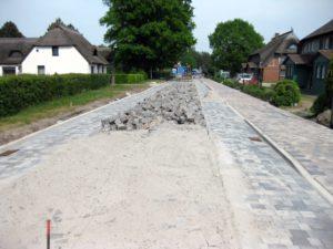 Eher holprig mit Kopfsteinpflaster für die Autofahrer, fein und eben für die Radler – ein Mix bestimmt die Chausseestraße in Born. – © www.EHL.de