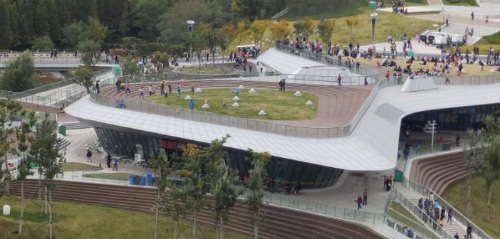 Viele Pavillons auf der World Garten Expo 2014 in Qingdao sind mit einem Gründach ausgestattet, das Beispiel hier sogar mit einem als Rasenfläche nutzbaren. - © Köhler