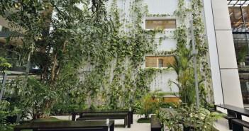 Das Atrium mit der begrünten Innenhof-Fassade lädt zu einer Auszeit ein. - © Fotodesign Kissner