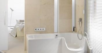 Raumsparende Lösung für kleine Bäder: sicheres Baden und Duschen mit Bette Twist II. - © Bette