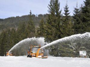 """Tiefschneeräumen: Die beiden Unimog U 423 (vorne) und der U 430 mit zusammen 390 Kilowatt (530 PS) """"fressen"""" sich durch die Schneemassen. - © Daimler"""