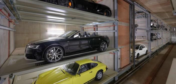 Die Fahrzeuge werden in Längsrichtung in jeweils zwei Parkreihen links und rechts neben dem Regalbediengerät eingelagert. - © Otto Wöhr GmbH