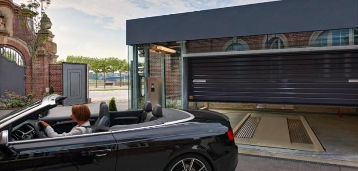 Bequemes Ein- und Ausfahren: Das Fahrzeug wird am Bediengerät automatisch angefordert und steht in der Übergabekabine in Ausfahrtposition bereit. - © Otto Wöhr GmbH