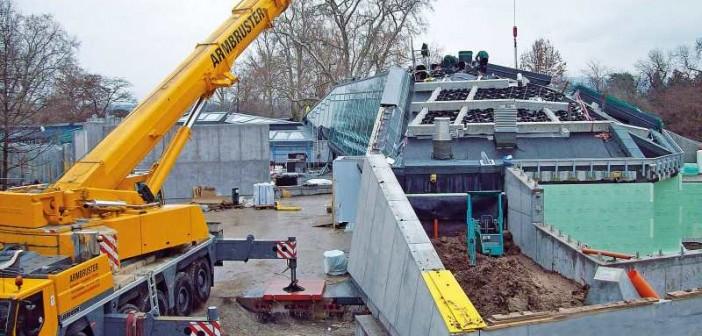 Baustellenlogistik auf engem Raum: Schwerlastelemente und Substrat mussten flächig eingebracht werden, um hohe Punktlasten zu vermeiden. - © Garten-Moser