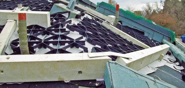 Bei bis zu 43 Grad Dachneigung sorgen Schubschwellen und Georaster für die sichere Fixierung des Substrats. - © Garten-Moser