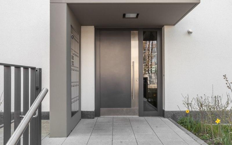 nachts bleibt die eingangst r verschlossen oder offen. Black Bedroom Furniture Sets. Home Design Ideas