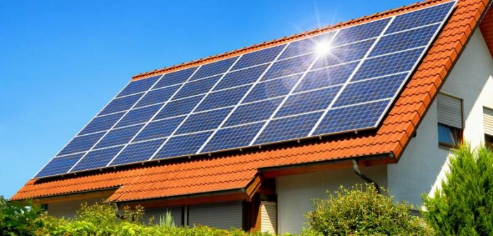 Die größten Bedenken, die Unentschlossene gegenüber Photovoltaik haben sind der Preis, die Amortisierungsdauer und gesunkene staatliche Förderung - so das Ergebnis einer aktuellen Studie. - Bild: © Smileus, Fotolia.de