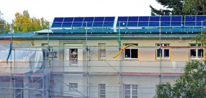 Sonnenenergie vom Dach: Aufgeständert die Solarkollektoren und flach die Fotovoltaikmodule. - Foto: © Klaus Oberzig