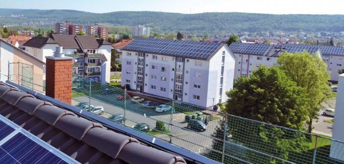 Auf sieben Dächern der viergeschossigen Mehrfamilienhäuser im Wohngebiet Neue Heimat in Nußloch wurden Solaranlagen zur Stromerzeugung errichtet. - Bild: © Heidelberger Energiegenossenschaft
