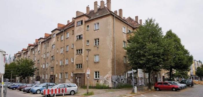 Vor der Sanierung bot der Block einen traurigen Anblick großflächig bröckelte der graue verwitterte Putz von der Fassade ab. - Bild: © Christian Werner, Gewobag