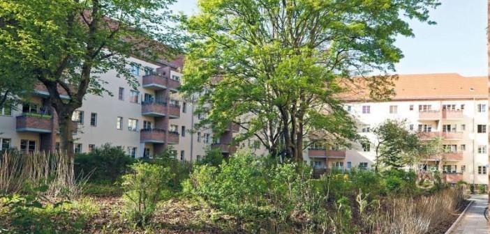 Der weiträumige Innenhof des Glaßbrennerblocks bietet den Bewohnern eine unbezahlbare Aufenthaltsqualität im Grünen mitten in der Stadt. - Bild: © Christian Werner, Gewobag