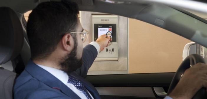 So leicht geht's: Einfach den Transponder an das Terminal halten, schon öffnet sich das Tor zur Einfahrt. - Foto: © Klaus Multiparking
