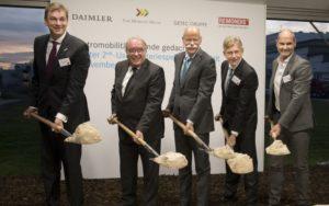 Spatenstich weltweit größter 2nd-use Batteriespeicher, Lünen. Von links nach rechts: Klemens Rethman (CEO Rethmann-Gruppe), Uwe Beckermeyer (Parlamentarischer Staatssekretär beim Bundesminister für Wirtschaft und Energie), Dr. Dieter Zetsche (CEO Daimler), Dr. Karl Gerhold (CEO GETEC GRUPPE), Thomas Raffeiner (CEO The Mobility House). - Bild: © The Mobility House