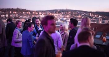 """Rund 150 Gäste feierten am Sonntag während des """"Sunday Rooftop Cocktails"""" mit Blick auf den Fernsehturm auf der Rohbau-Dachterrasse der Stuttgart City-Loft-Penthouses. - Bild: © Strenger Holding GmbH"""