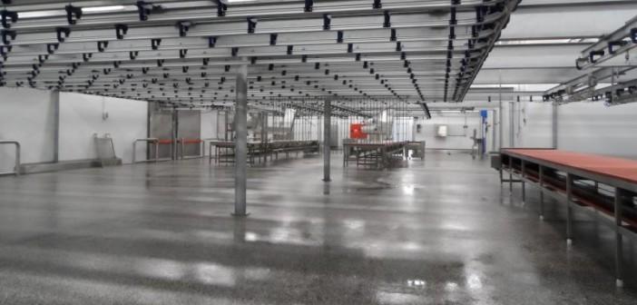Lebensmittelindustrie: Der Boden einer Großfleischerei wurde zur Staubbindung und Erhöhung der Dichtigkeit gegenüber Flüssig-keiten mit einer transparenten Hochleistungs-beschichtung versiegelt. - Bilder: © MC-Bauchemie