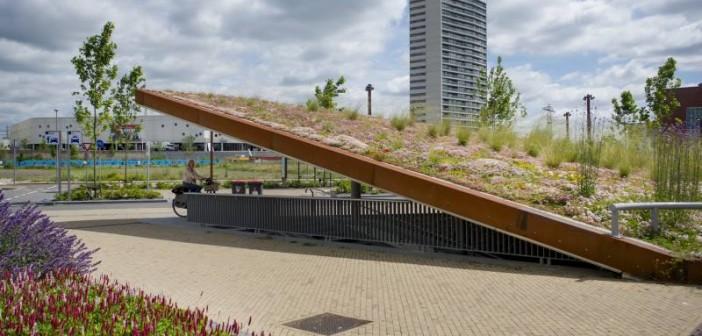 Einer der Blickfänger des Bahnhofsareals ist der überdachte Fahrradraum mit seinem auffallend schrägen, hochwertig begrünten Dach. - Bild: © Nophadrain