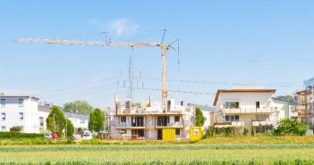 Der Bedarf an bezahlbarem Wohnraum für alle Bevölkerungsgruppen mit kleinen und mittleren Einkommen ist mit dem Flüchtlingszuzug nochmals gestiegen. - Bild: © Jürgen Fälchle, Fotolia.de