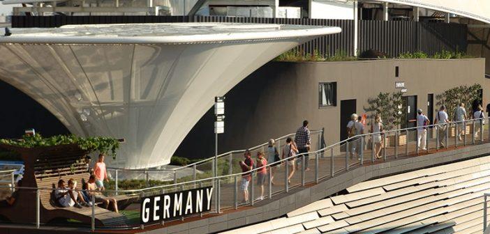"""""""Achterdeck"""" – der Dachgarten des deutschen Pavillons in Mailand, mit Dachbegrünung, Spalierobst und Weinlaub an den Loungesitzen."""
