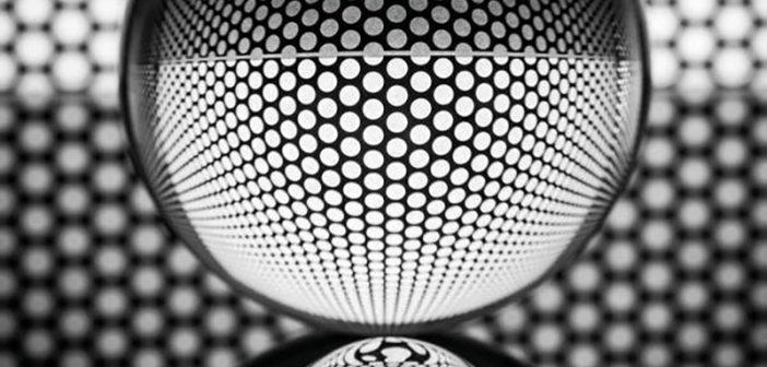 """Kleinste Glasbestandteile: Die Wissenschaftler haben Mikro-Vollglaskugeln mit Silber ummantelt und diese in die """"maxit IR-Innenlasur"""" integriert. Dort bilden sie einen """"Reflektor"""" für die auftreffende Wärmestrahlung. - Bild: Franken Maxit / © ra2 studio - Fotolia.com"""