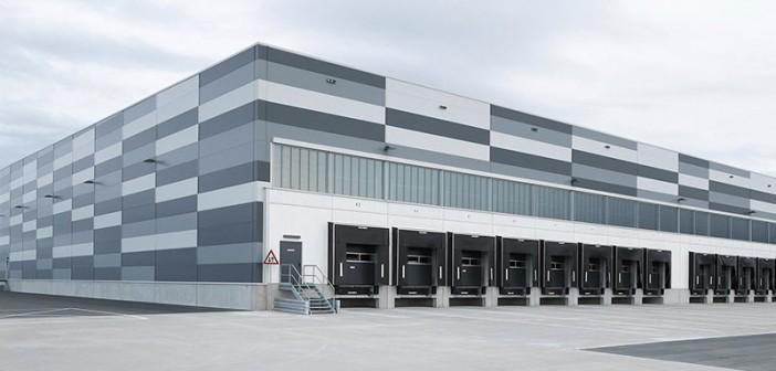Ein Beweis für das ansprechende Design der Sandwich- Paneele steht in Paderborn: An der Fassade des Zentrallagers eines Discounters hängen über 25.500 Quadratmeter Wand- und Kühlhauspaneele. - Bild: © Kingspan
