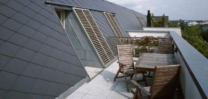Die 40x44 Zentimeter großen Eternit Dach- und Fassadenplatten in Rhombusdeckung prägen mit ihrer charakteristischen Linienführung das großzügig ausgebaute Dachgeschoss.