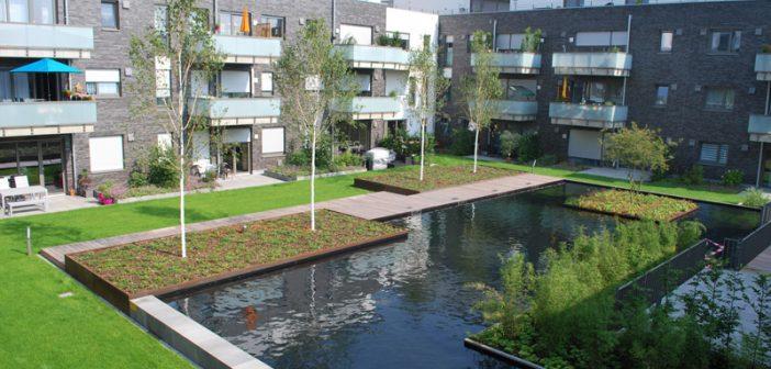 Kombiniert verdunsten mit Gründach und offener Wasserfläche auf einer Tiefgarage in Kaarst.