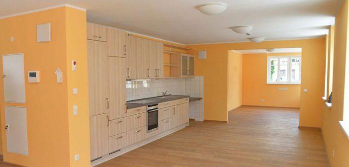 Großzügiger, freundlicher Küchenbereich in der Demenzwohngruppe. - Bild: Baugenossenschaft Dormagen eG