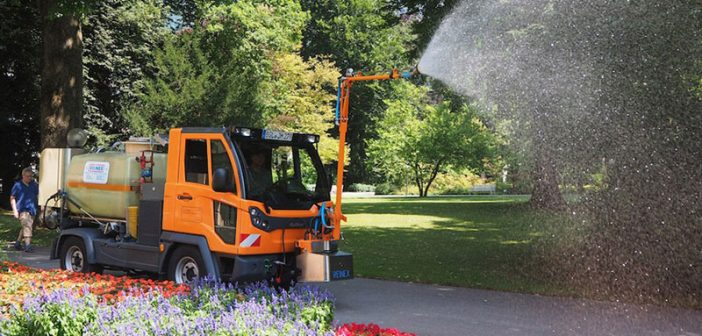 Das robuste Multifunktionsfahrzeug wird im Sommer zum Gießen in den öffentlichen Parkanlagen in Bad Reichenhall eingesetzt.