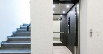 Im Vergleich zur Altanlage bietet der neue Nanospace eine um 41 Prozent größere Kabine. Der Aufzug kann auch von Rollstuhlfahrern genutzt werden. - Foto: Kone