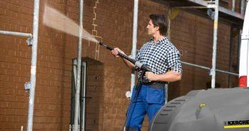 Fassadenreinigung mit einem Heißwasser-Hochdruckreiniger. - Bild: Kärcher