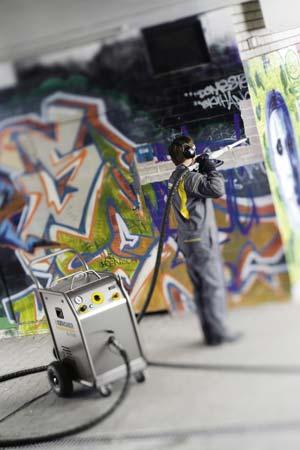 Graffitientfernung mit dem Trockeneisstrahlverfahren. - Bild: Kärcher