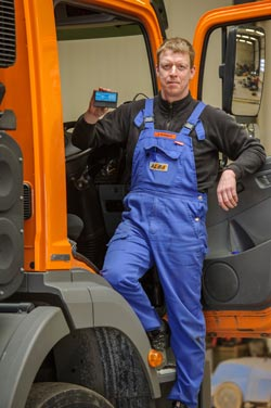 Markus Bönninghoff mit einer Ortungsbox für den Download der Tachodaten. Insgesamt wurden 100 Fahrzeuge mit der modernen Technik ausgestattet. - Bild: geoCapture